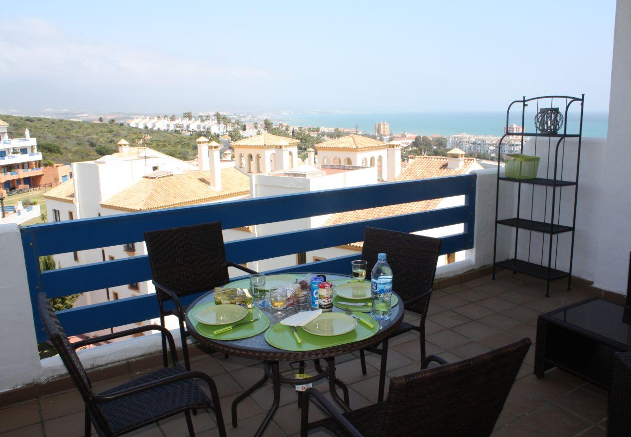 Zapholiday - 2099 - Appartement te huur aan Golf La Duquesa, Costa del Sol - terras