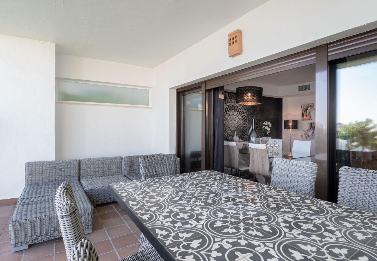 ZapHoliday - 2305 - appartement verhuur in La Alcaidesa, Costa del Sol - terras