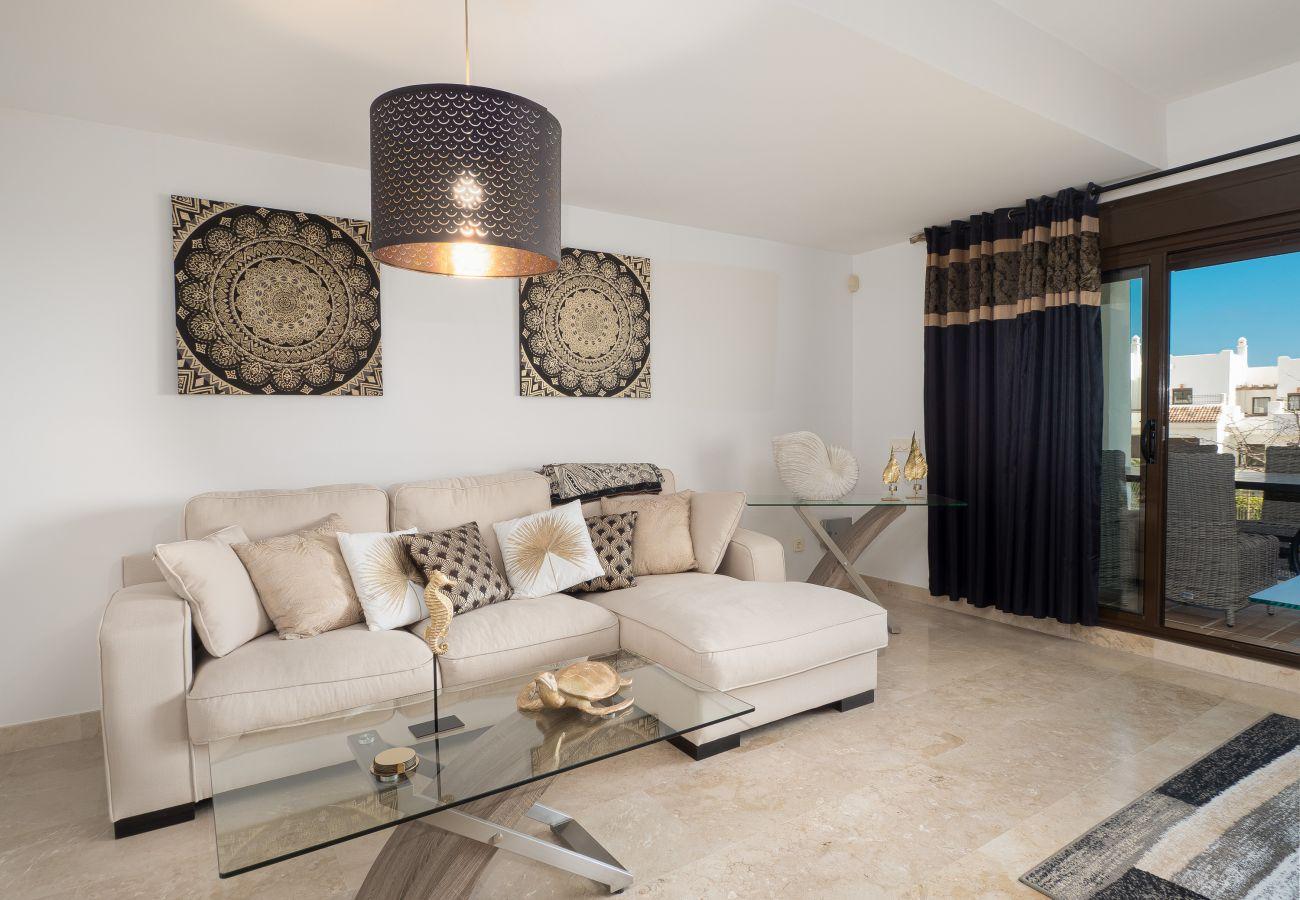 ZapHoliday - 2305 - appartement verhuur in La Alcaidesa, Costa del Sol - woonkamer